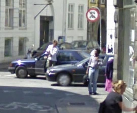 Føren af den blå Mercedes stopper efterfølgende og stiger ud af biler